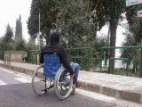 disabile marciapiede480x360 160x120 - In Toscana il nuovo servizio ComunicaENS per i non udenti