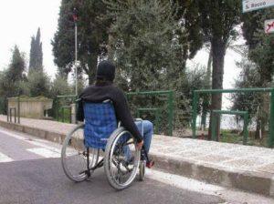 """disabile marciapiede480x360 300x224 - Viaggio nel mondo della disabilità: le barriere architettoniche queste """"sconosciute"""" ai più"""